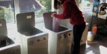 Cora am Wäsche waschen