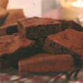 Brownies auf einen Glasteller