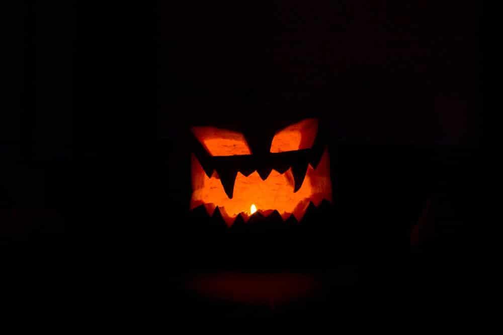 Halloween Kürbis im Dunkeln