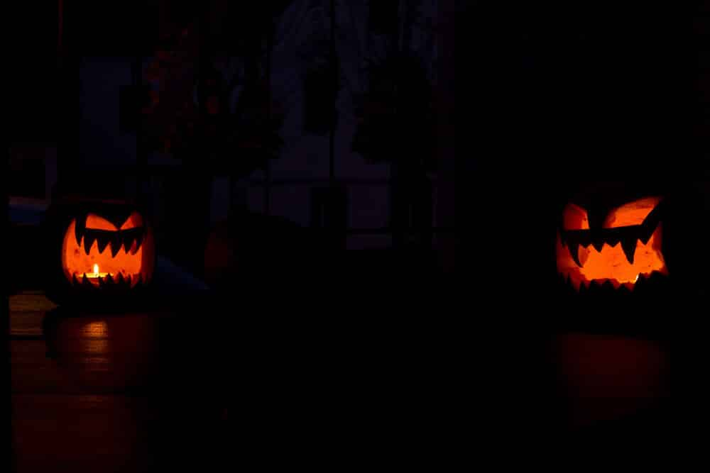 Halloween fiese Kürbisse im Dunkeln