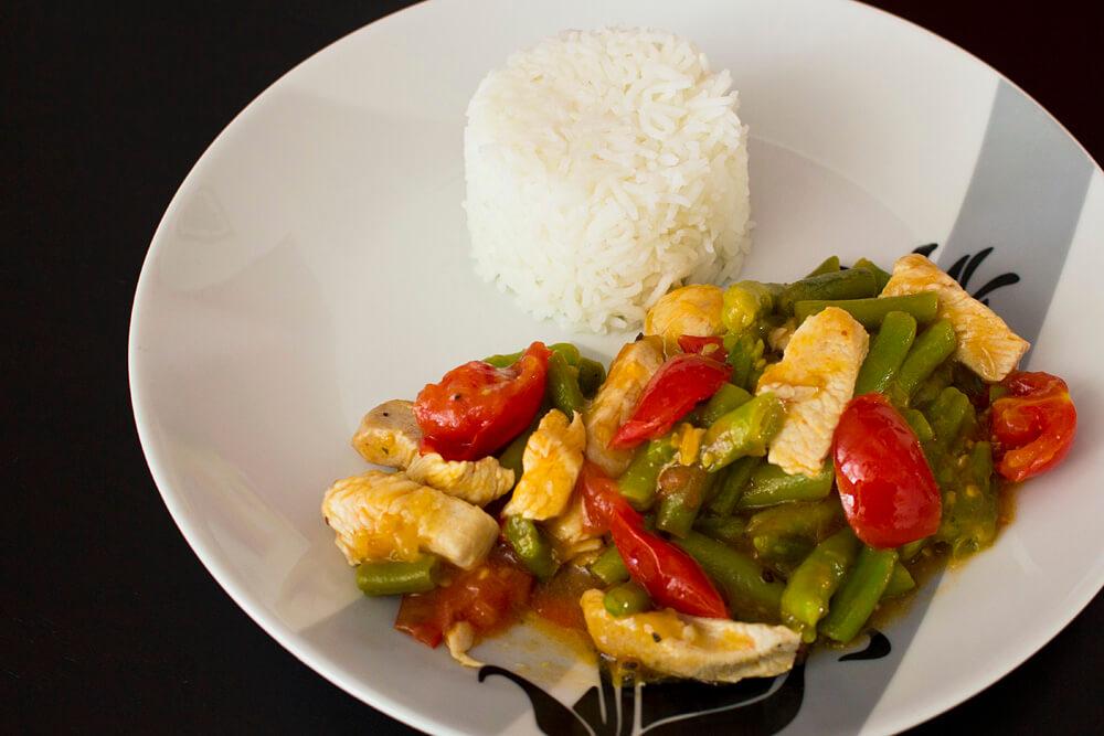 Rezept für Putengeschnetzeltes mit Bohnen und Tomaten dazu Reis