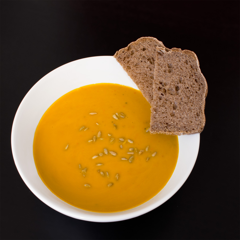 Laktosefreie Kürbissuppe mit selbst gebackenem Brot